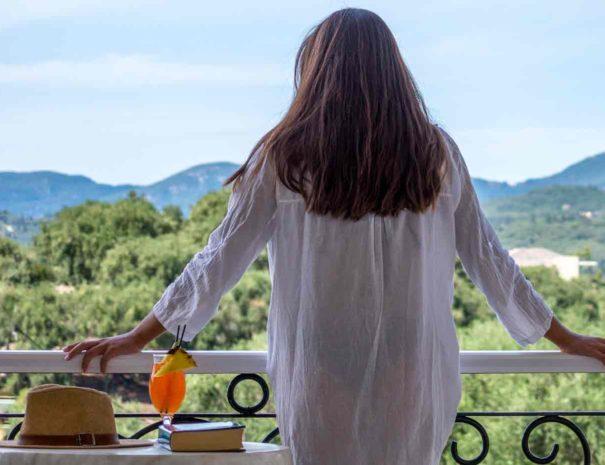 Frau auf dem Panorama Balkon
