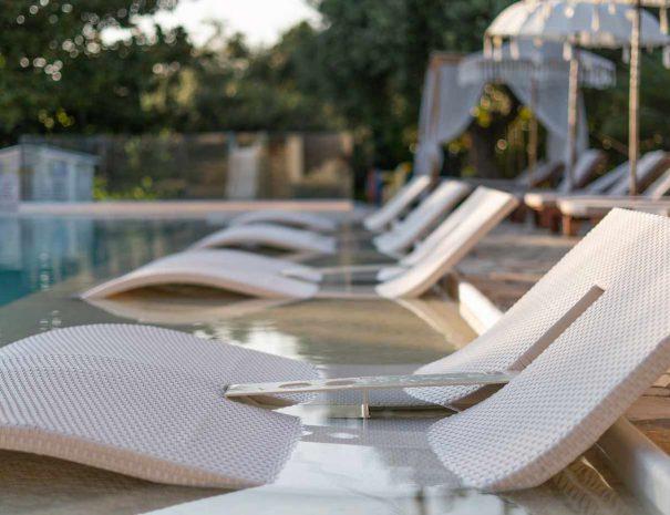 hotelnefeli-pool-liegen-06