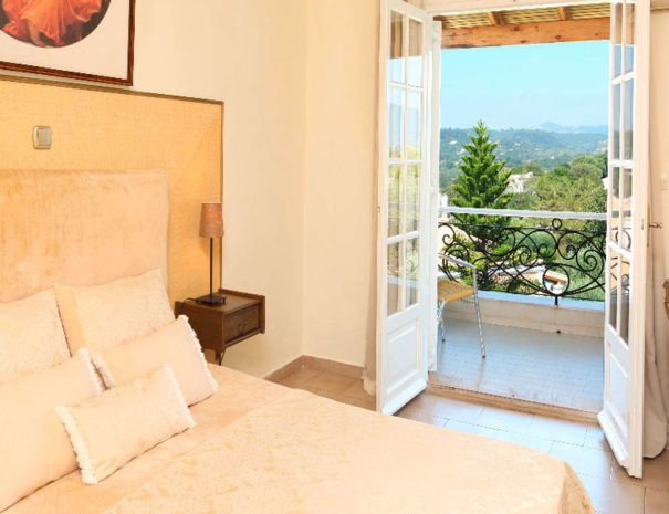 room-panorama-bed-balcony